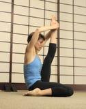 Stirata di Pilates nello studio di esercitazione Immagine Stock Libera da Diritti