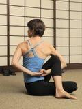 Stirata di Pilates nello studio di esercitazione Fotografia Stock
