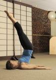 Stirata sul barilotto di Pilates Fotografie Stock Libere da Diritti