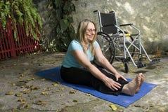 Stirate della donna sulla stuoia di yoga - orizzontale Fotografie Stock Libere da Diritti