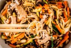 Stirfry用面条、猪肉和菜 免版税图库摄影