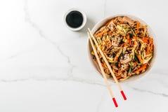 Stirfry z kluskami, wieprzowiną i warzywami, Zdjęcia Stock