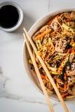 Stirfry z kluskami, wieprzowiną i warzywami, Fotografia Royalty Free