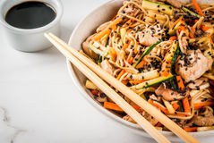 Stirfry z kluskami, wieprzowiną i warzywami, Zdjęcie Stock