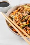 Stirfry z kluskami, wieprzowiną i warzywami, Obraz Stock
