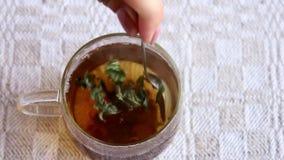Stiring горячий чай в чашке акции видеоматериалы