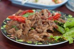 Stirkuhfleisch auf Teller lizenzfreie stockfotos