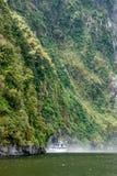 Stirling Falls, fiordo di Milford Sound, Nuova Zelanda fotografia stock libera da diritti