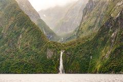 Stirling Falls, fiordo di Milford Sound, Nuova Zelanda immagini stock libere da diritti