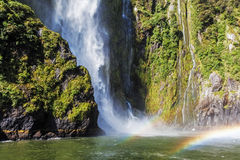 Stirling Falls incrível com arco-íris dobro, Milford Sound, Fi Fotos de Stock Royalty Free