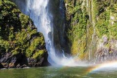 Stirling Falls increíble con el arco iris doble, Milford Sound, Fi Fotos de archivo libres de regalías