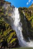 Stirling Falls Milford Sound increíble, Fiordland, Nueva Zelanda Fotos de archivo libres de regalías