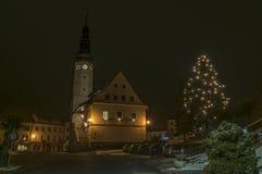 Stirra den Mesto fröskidaSneznikem staden i vinternatt Arkivfoto