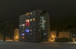 Stirra den Mesto fröskidaSneznikem staden i vinternatt Arkivbild