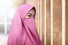 Stirrande av beläggning för framsida för asiatisk muslimkvinna bärande fotografering för bildbyråer