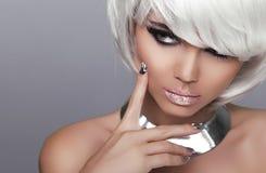 Stirrande. Blond flicka för mode. Sexig kvinna för skönhetstående. Vita Sho Royaltyfri Foto