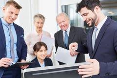 Stirrande för affärsfolk på datoren royaltyfri bild