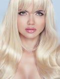 stirrande makeup Härlig blond kvinna med långt krabbt hår fotografering för bildbyråer