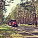 Stirrande Splavy, Tjeckien - Augusti 19, 2017: svart ställning för bilOpel Astra H vid asfaltvägen mellan pinjeskogar i tjeckiska royaltyfri foto