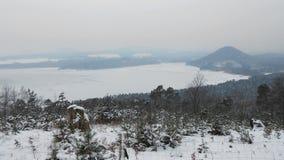 Stirrande Splavy, Tjeckien - December 09, 2012: djupfryst Machovo jezerosjö i turist- område för vinterMachuv kraj royaltyfri foto