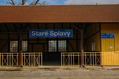 Stirrande Splavy, Tjeckien - mars 06, 2019: drevstation i by av den Machuv krajregionen royaltyfri foto