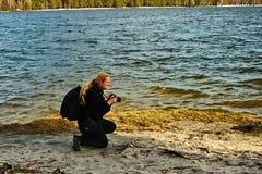 Stirrande Splavy, Tjeckien - mars 06, 2019: fotografJiri Igaz ställning vid den Machovo jezerosjön arkivbild