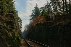 Stirrande Splavy, Tjeckien - mars 06, 2019: järnvägen mellan vaggar i by av den Machuv krajregionen arkivfoton