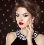 stirrande Stående för skönhetmodeflicka Härlig brunettkvinna royaltyfri foto