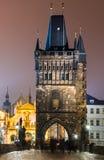 Stirrandet Mesto står hög från Charlesen överbryggar på natten, Prague. Arkivbild