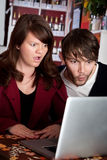 stirrig kvinna för bärbar datormanshock Arkivbild
