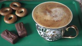 Stirring facile della schiuma su una tazza del caffè di mattina archivi video