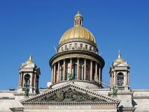 StIsaacs Kathedrale, Spitzenflachrelief der Südfassade und Haubennahaufnahme, StPetersburg, Russland Lizenzfreie Stockfotos
