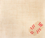 在补丁程序红色麻袋布stitchs的粗麻布 免版税库存照片