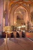 Stitnik -哥特式福音派教会在从14 - 15分的Stitnik。并且由从Spisska Sobota的主要亚娜镀青铜洗礼池(1454) 免版税库存照片