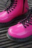 Stivali alternativi punk della donna o della ragazza - scarpe rosa Immagini Stock