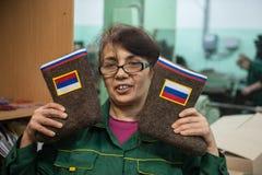 Stivali con i simboli di stato russi Immagine Stock