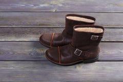 Stivali dell'inverno degli uomini con pelliccia Fotografie Stock