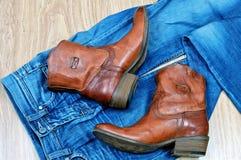Stivali di cowboy di Brown sulle blue jeans Fotografie Stock Libere da Diritti