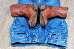 Stivali di cowboy di Brown sulle blue jeans Fotografie Stock