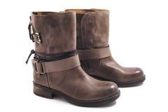 Stivali di cuoio di Brown su un fondo bianco fotografia stock libera da diritti