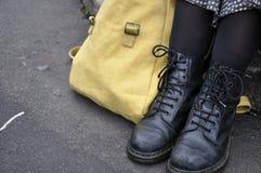 Stivali di Dott. Marten con la cartella della tela Immagini Stock Libere da Diritti