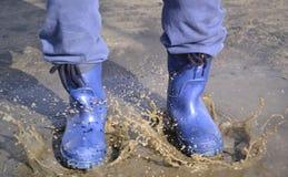 Stivali di gomma nello stagno Immagini Stock