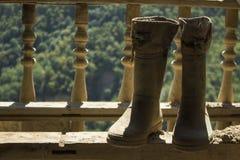 Stivali di gomma sui precedenti della natura fotografia stock libera da diritti