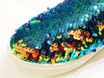 Stivali di modo del ` s delle donne con i cristalli di rocca nel deposito sullo scaffale Fotografie Stock Libere da Diritti