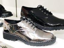 Stivali di modo del ` s delle donne nel deposito sullo scaffale Fotografia Stock Libera da Diritti