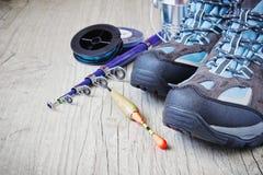 Stivali e attrezzatura per la pesca fotografia stock