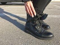 Stivali femminili al sole Fotografie Stock Libere da Diritti