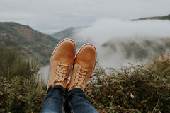 Stivali nella priorità alta sul panoramico Immagini Stock