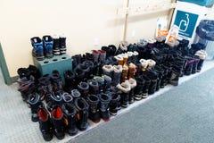 Stivali ordinatamente allineati di inverno fotografia stock