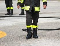 Stivali protettivi di un pompiere dopo la commutazione fuori dal fuoco Immagine Stock Libera da Diritti